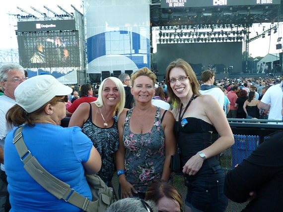 Sandra, Sonia and Marie-Hélène Cyr at the Bon Jovi show at the Festival d'été de Québec on the plains of Abraham, Quebec, Canada (July 9, 2012)
